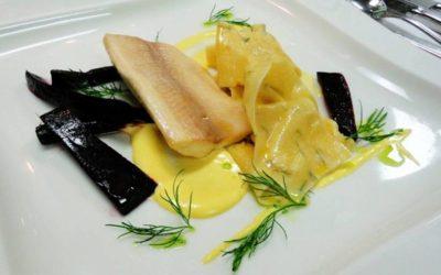 Yspertaler Saiblingsfilet mit Dill-Nudeln, Sauce Hollandaise und Purple Haze Karotten