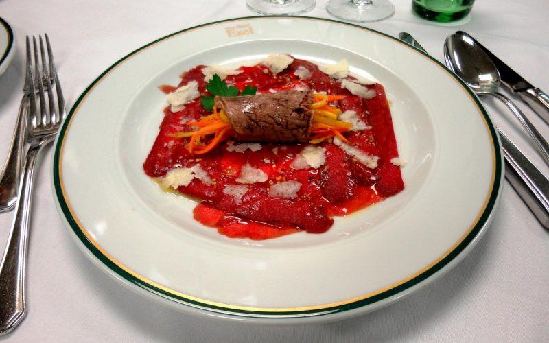 Rindscarpaccio mit saurem Gemüse Tafelspitzröllchen